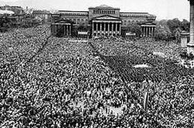 Szanyi az 1957. május 1-jei tömeggel büszkélkedik a Facebookon
