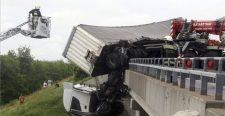 Hihetetlen: Áttörte az M3-as autópályahídjának korlátját egy kamion, még tart a műszaki mentés