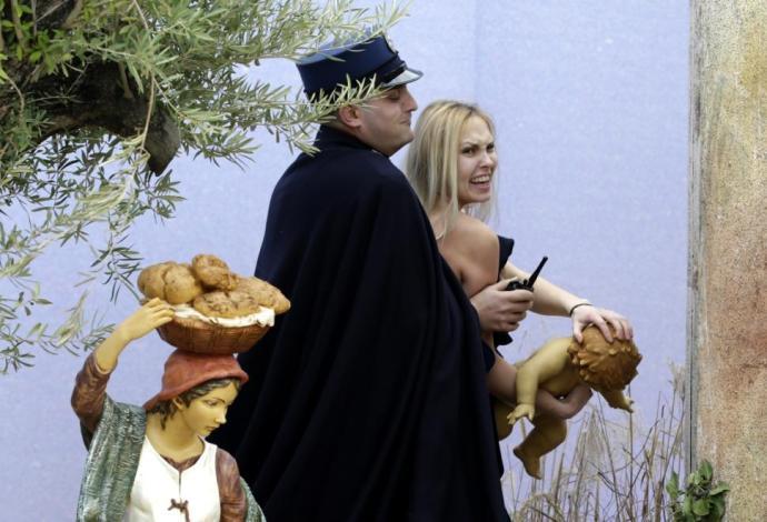 Ezúttal sem zsinagógára vagy köztéri menórára támadt a Femen: megint a kis Jézust gyalázták meg