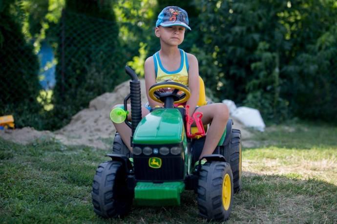 Kis traktoros, nagy harcos – egy öt és fél éves fiú, aki többet szenvedett, mint száz felnőtt