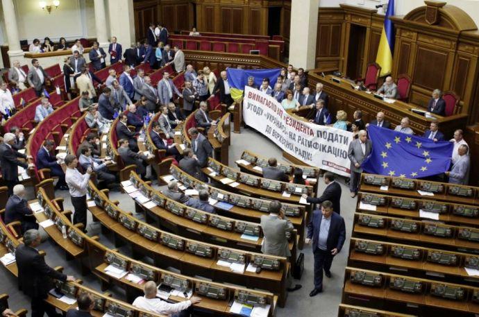 Ismét verekedéssel kezdték a napot a parlamentben