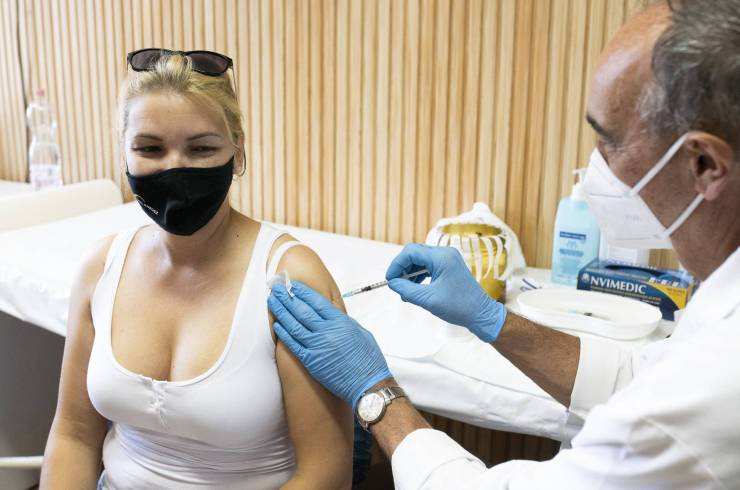 Oltás, maszk, távolságtartás és kézmosás – a MOK ezeket ajánlja a járvány ellen