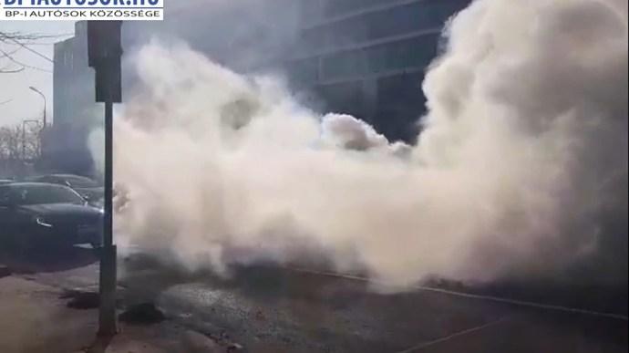 Videó: hatalmas füsttel ég egy autó a Soroksári út közepén