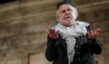 Soros Györgyön nevettek a végén – Egy egész színház kacagott a kormánypropagandán