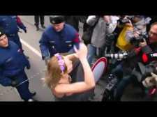 Femen szatír Budapesten – Megkocsikáztatták és sztárinterjút készítettek vele