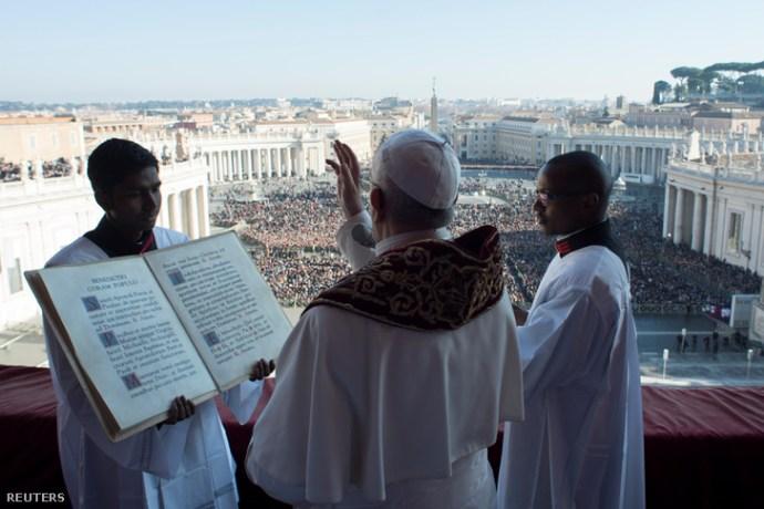 Félmeztelen Femen-ribanc akarta kirángatni a Vatikánban felállított betlehemi jászolból a Kisjézust
