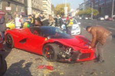 Négyszázmilliós Ferrarival dodzsemeztek a Váci úton – másik három autót is sikerült összetörni