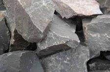 Kövekkel és fadarabokkal dobálta a villámhárítóra menekült áldozatait a horda – pénzt követeltek