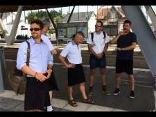 Franciaországban szoknyában mentek dolgozni az egyik közlekedési társaság buszsofőrei