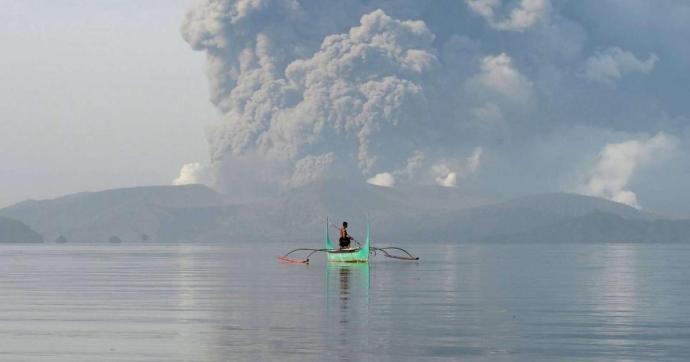 Láva tört fel a Taal tűzhányóból a Fülöp-szigeteken
