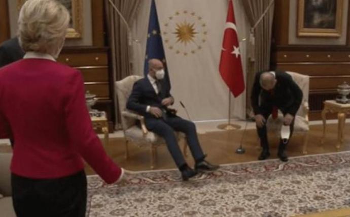 Erdogan beáraztavon der Leyent, mikor a díványra ültette