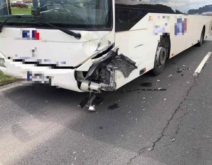 Személyautó és busz ütközött