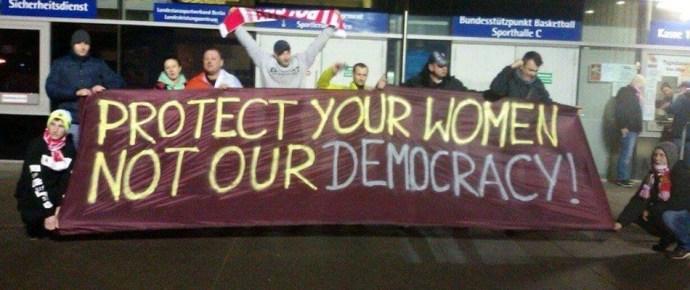 Az asszonyaitokat védjétek meg, ne a mi demokráciánkat!- kiakadtal a lengyelek a német bírálatokon
