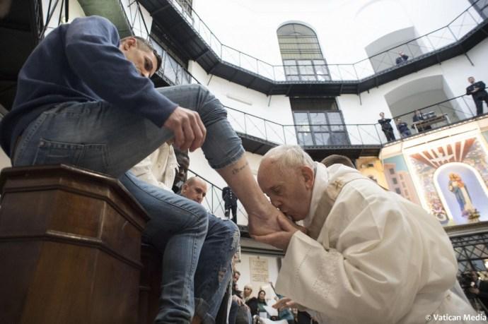 Muszlimok lábát csókolgatta, szexuális bűncselekmények elkövetőivel barátkozott a pápa
