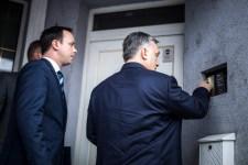 Egyszer csak csöngetnek. Hát nem Orbán Viktor az?!