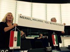 Elkobozták Morvaiéktól az EP-ben feltartott transzparenst