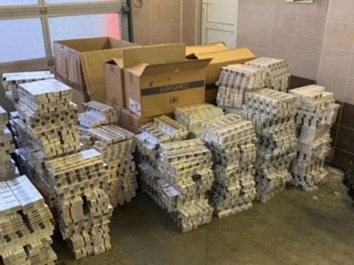 A csempész ukrán diplomatáknál 16 kiló aranyat, 140 ezer dollárt és 9 ezer karton cigarettát találtak