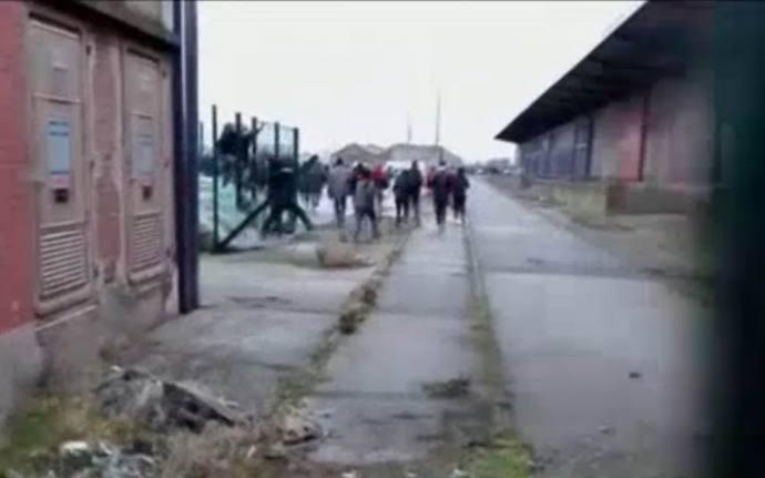 Megrohamoztak a migránsok egy kikötőt
