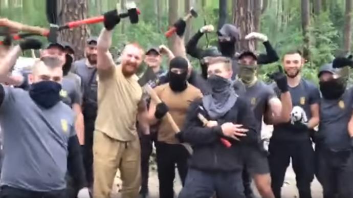 """Ukrán nacionalisták a szétvert cigánytábor lakójának: """"Menjetek Magyarországra lakni!"""""""