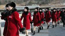 Ilyen még nem volt: észak-koreai cheerleader lányok átlépik a hatért – USA alelnök őrjöng