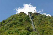 A dévai vár felvonójában rekedt 19 turista, köztük hat gyermek (Videó!)