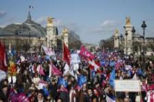 Homokos ellenes tüntetés Párizsban: százezrek vonultak fel