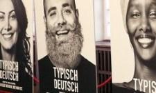 Plakátokon mondják el a betolakodók, mit jelent számukra németnek lenni