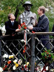 A szocializmus harcosa, a padláslesöprő marxista-leninista forradalmár szobrát koszorúzza a kormány – meg az MSZP
