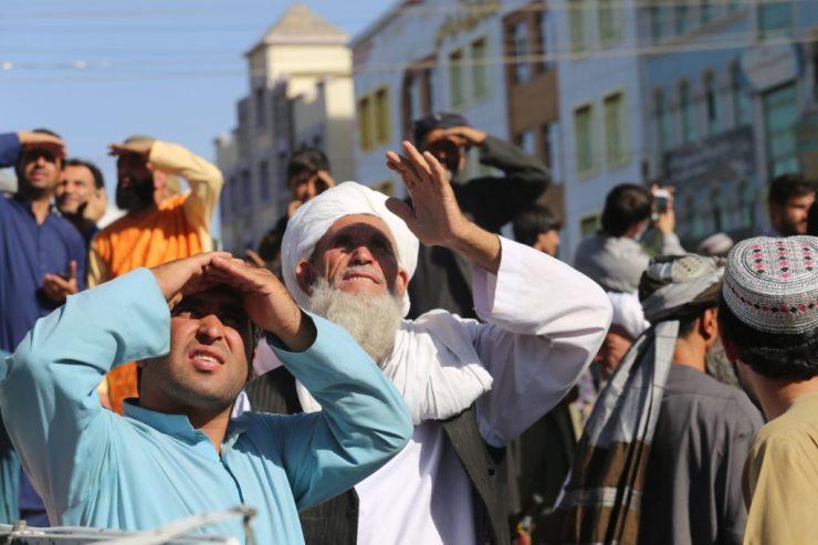 A talibán felakasztott, majd darura húzott és közszemlére tett egy embert Heráb városában (fotókkal) – 18+