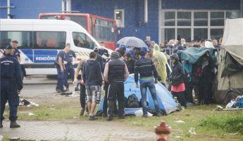 Könnygázt is bevetettek a menekülttáborban