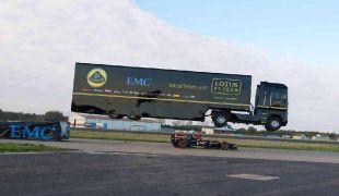 Hihetetlen: 25,5 métert ugrott a nyerges vontató