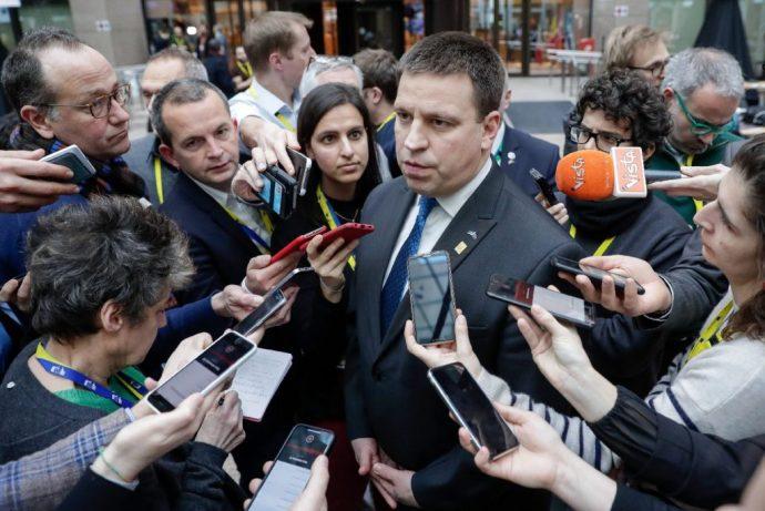 Dominóként dőlnek el a balliberális kormányok Európában