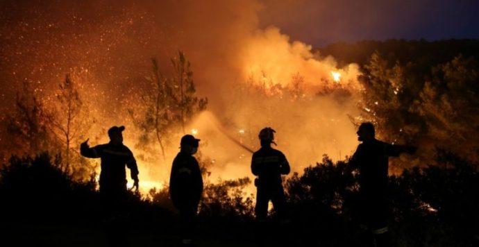 Hatalmas erdőtűz pusztít Görögország második legnagyobb szigetén, Évián (videók, fotók)