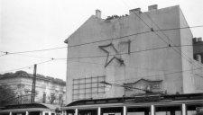 Reklám, propaganda, focimeccs, pózolás: képeken a 20. századi tűzfal-történelem