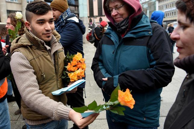 Azért a muszlimok sem hülyék: ezúttal nem csoportos molesztálást, hanem virágosztási pr-kampányt szerveztek Kölnben