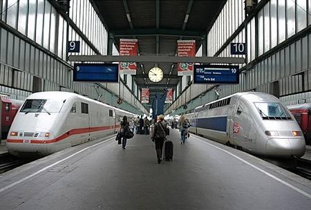 Hatalmas sebességgel robogott el mellettünk a lengyel vasút