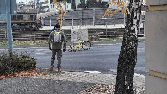 Beszakadt egy út Győrben, hihetetlen módon hívták fel rá az autósok figyelmét