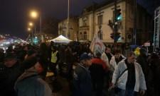 A diktatúra ellen, a jogállamiságért – így zajlik a tüntetés a Fidesz székháza előtt