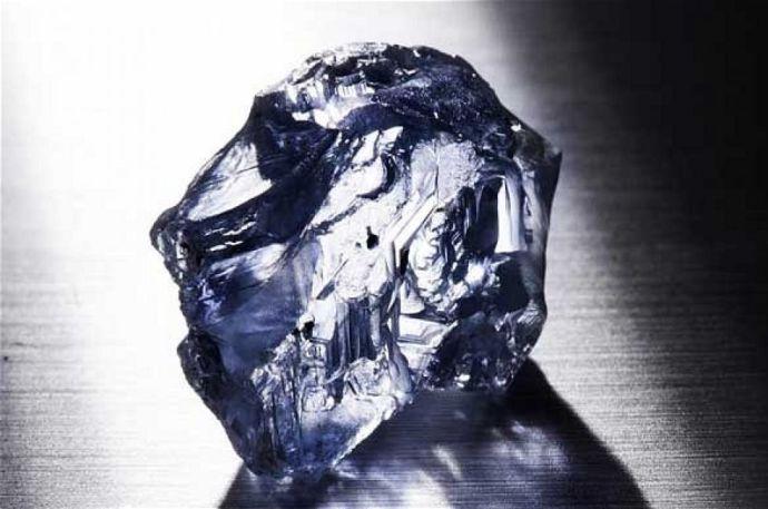 Több mint 122 karátos nyers kék gyémántot találtak