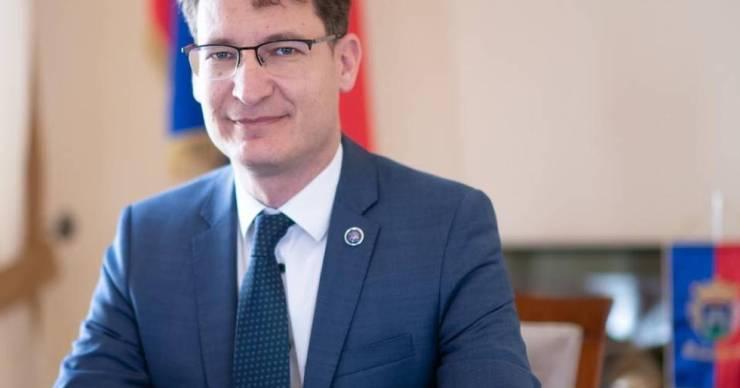 A fideszes Cser-Palkovics is kritizálta a Fidesz önkormányzati bérlakás-privatizációs javaslatát
