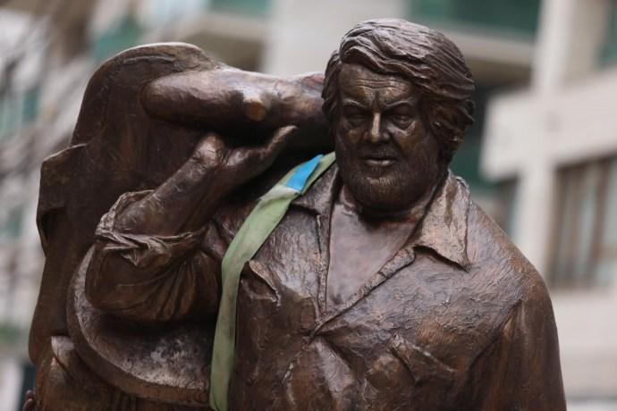 """""""Akit csak szeretni lehetett"""" – felavatták Bud Spencer szobrát Budapesten"""