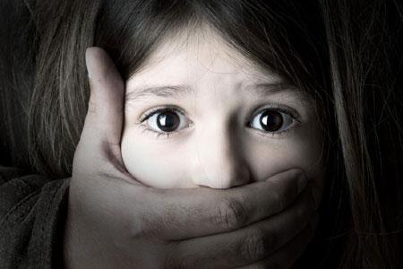 Vádemelés a 10 éves nevelt lányával szexuális erőszakot elkövető moslékkal szemben