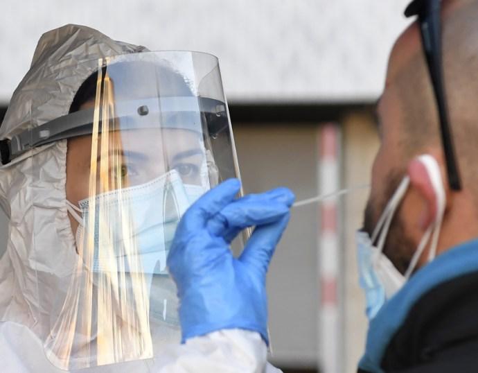 Koronavírus: 27 beteg elhunyt, 984 új fertőzöttet találtak szombaton