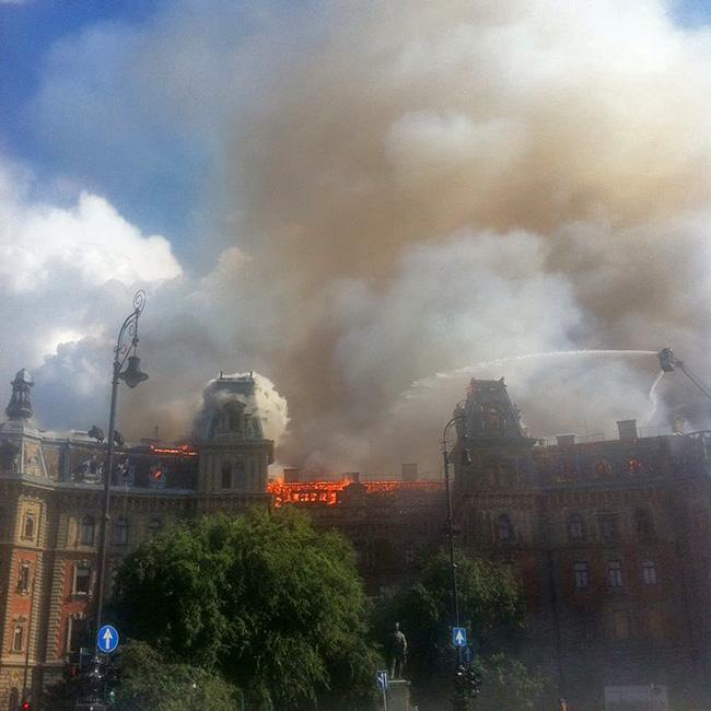 Lángokban áll egy ház teteje az Andrássy úton