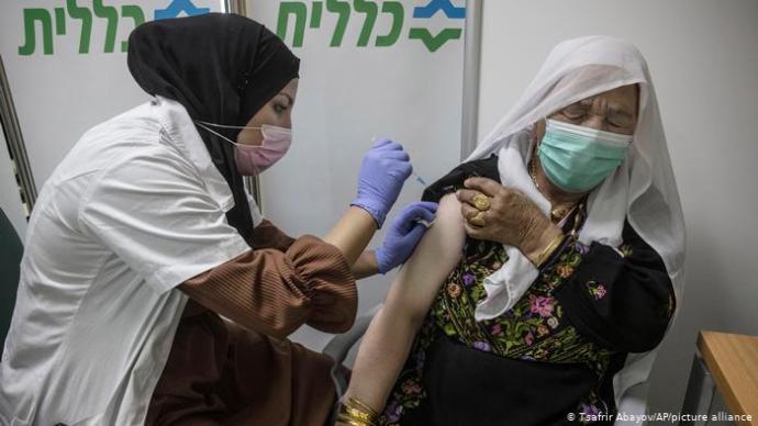 Az oltás első dózisa után két héttel már harmadával csökkent a fertőződés mértéke Izraelben az oltottak korosztályában