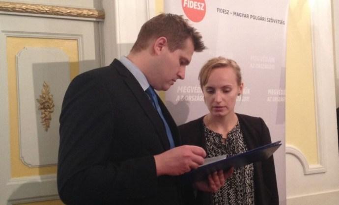 Mégis feljelentik a fideszes kabinetfőnök-helyettes által megrángatott újságírónőt
