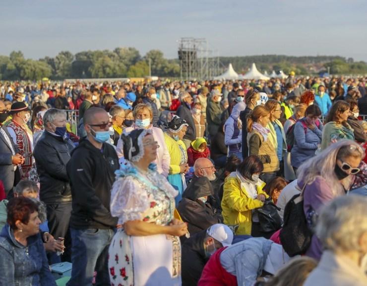 GALÉRIA: Már több ezren várják Ferenc pápát Sasváron