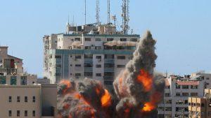 Heves külföldi reakciókat váltott ki a gázai toronyház lerombolása