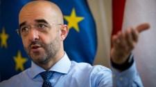 A kormány cáfol, Brüsszel tovább tajtékzik