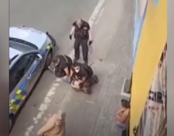 VIDEÓ: Életét vesztette a férfi, miután egy cseh rendőr percekig térdelt a nyakán